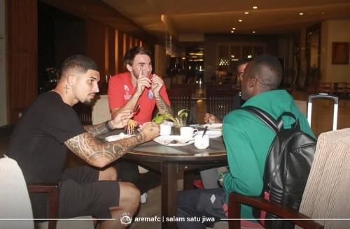 Pemain asing Arema FC saat menyantap makanan di hotel ketika datang di Magelang (official Arema FC)