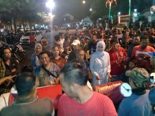 Bupati Jember dr Hj Faida MMR yang berbaur bersama warga membunyikan musik patrol untuk membangunkan warga guna menjalankan sahur. (foto : Sugeng Hariyadi / Jatim TIMES)