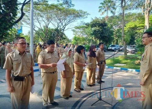Kepala DPKPCK Kabupaten Malang Wahyu Hidayat (kanan) saat memimpin apel pagi dan menekankan kinerja tinggi di bulan Ramadan.(DPKPCK)