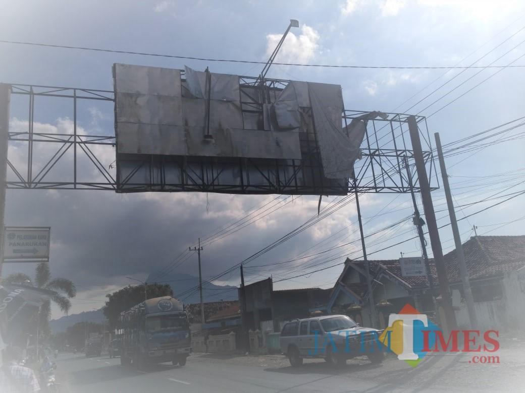 Kondisi billboard yang rusak di atas jalan raya pantura Kecamatan Panarukan, Kabupaten Situbondo. (Foto Heru Hartanto/Situbondo TIMES)