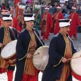 Lima Tradisi Unik Bangunkan Sahur di Dunia