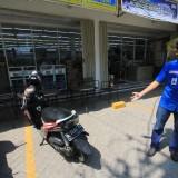 Rafi, rekan kerja korban menunjukkan tempat parkir sepeda motor yang dicuri  (Agus Salam/Jatim TIMES)