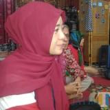 Dora Nurfarina Iroe, orang tua DM (15) yang menyatakan keberatan atas vonis PN Lumajang (Foto : Moch. R. Abdul Fatah / Jatim TIMES)