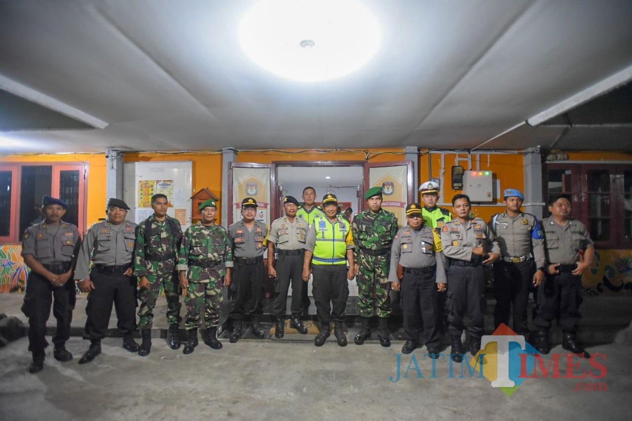 TNI-Polri saat jaga kantor KPU Situbondo. (Foto Sony Haryono / Situbondo TIMES)
