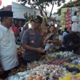 Tim Satgas Pangan berinteraksi dengan pedagang untuk menanyakan harg dan ketersediaan pangan di pasar