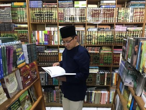 Wali Kota Malang Sutiaji saat berburu buku di Toko Buku Bayakub, Minggu (13/5/2019) (Humas Pemkot Malang for MalangTIMES)