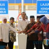 4 dari kanan : Wabup Malang Sanusi bersama presiden Jokowi saat penekanan sirene peresmian jalan tol Mapan (Humas)