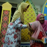 Bupati Kediri Hj Haryanti Sutrisno berikan santunan kepada anak yatim piatu. (eko Arif s /JatimTimes)