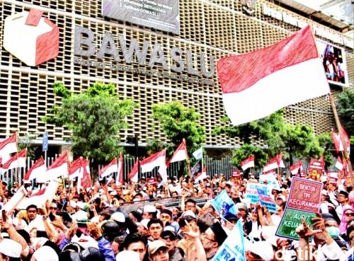 Demo atas nama People Power di depan Bawaslu (detik.com)