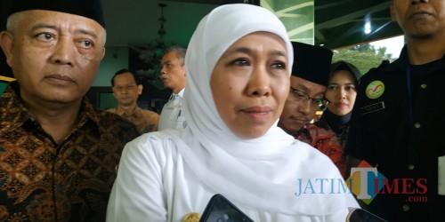 Gubernur Jatim Khofifah Indar Parawansa usai menjenguk KH M Tolchah Hasan, mantan Menteri Agama RI yang tengah dirawat di Malang. (Foto: Dokumen MalangTIMES)