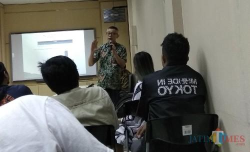 Kepala Divisi Pengembangan Produk BBJ, Lukas Lauw saat mengenalkan transaksi berjangka komoditi di Malang. (Foto: Nurlayla Ratri/MalangTIMES)