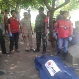 Petugas saat melakukan evakuasi jenazah korban. (Polsek Kedungkandang)