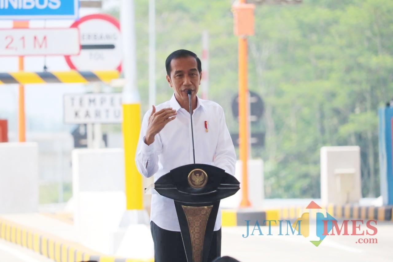 Presiden Joko Widodo saat memberikan sambutan pada peresmian tol Pandaan-Malang. (Arifina Cahyanti Firdausi/MalangTIMES)