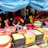 Salah satu penggiat UMKM, yakni produksi pembuatan keripik apel di Kecamatan Bumiaji. (Foto: Irsya Richa/BatuTIMES)