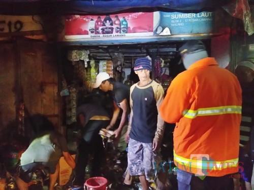 Situasi toko sembako sesaat setelah dilahab si jago merah, Kecamatan Lawang (Foto : PPBK Kabupaten Malang for MalangTIMES)