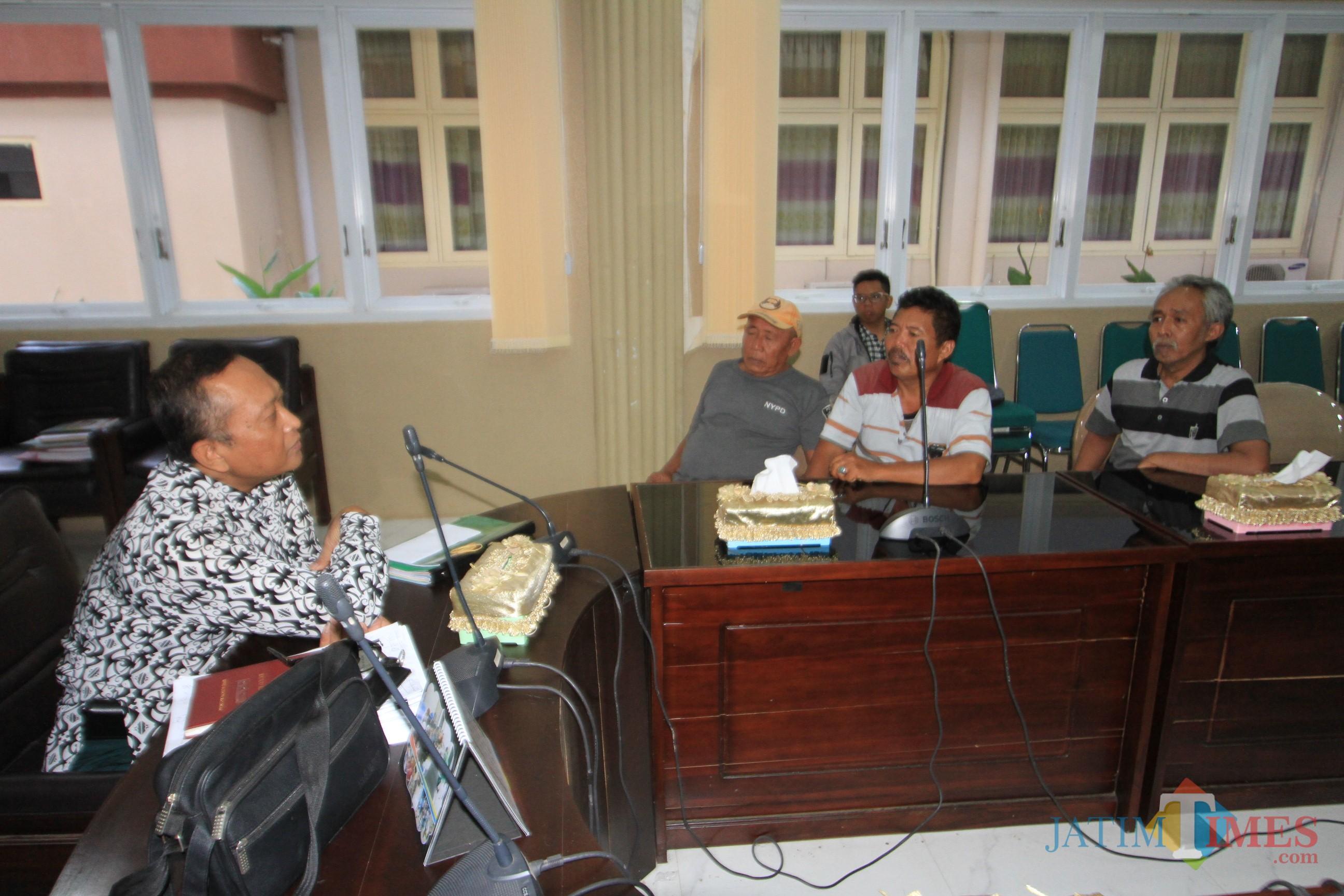 Tiga pedagang buah Pasar Gotong Royong saat curhat ke Syaifuddin salah satu anggota DPRD Kota  Probolinggo (Agus Salam/Jatim TIMES)