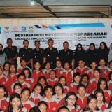 Bea Cukai foto bersama calon pekerja migran dari PT Asa Jaya