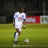 Andalan Arema FC ketika akan melakukan tendangan bebas, Makan Konate (official Arema FC)