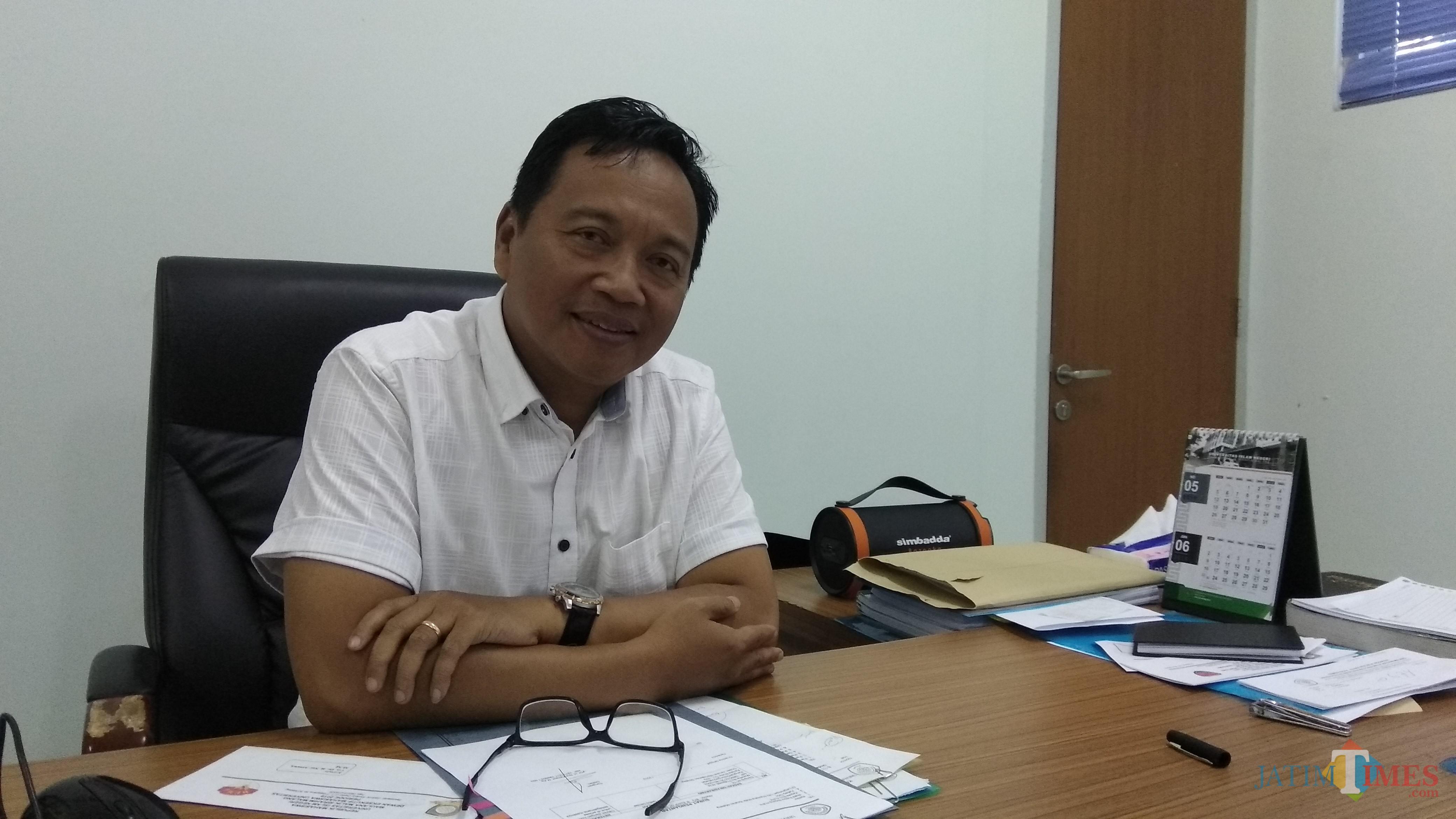 Dekan FE UIN Maulana Malik Ibrahim Malang Nur Asnawi MAg saat ditemui di kantornya. (Foto: Nurlayla Ratri/MalangTIMES)