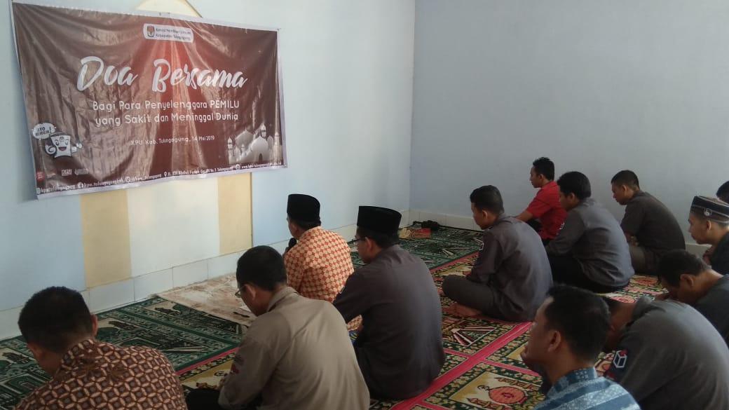 Doa bersama di mushola KPU (ist)