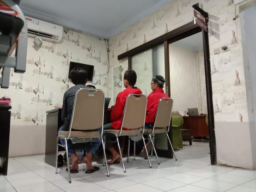 Pelaku asusila dibawah umur, saat dimintai keterangan penyidik UPPA Polres Malang, Kabupaten Malang (Foto : Istimewa)