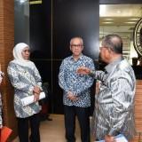 Gubernur Jatim Khofifah ketika bertemu Menteri PUPR Basuki Hadimuljono.