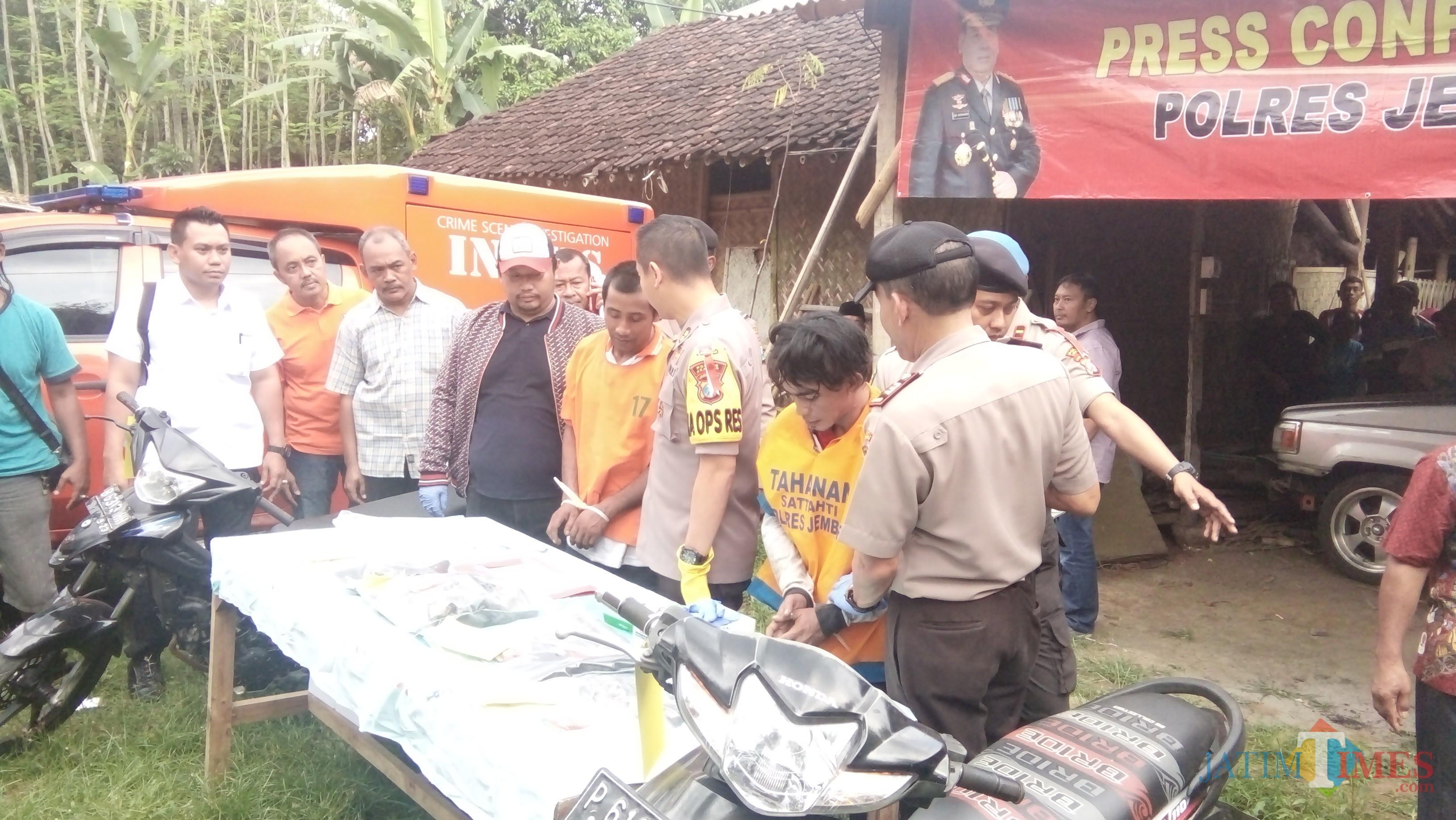 Kapolres saat menunjukkan pelaku pembakaran dan barang bukti kepada sejumlah media (foto : Moh. Ali Makrus / Jatim TIMES)