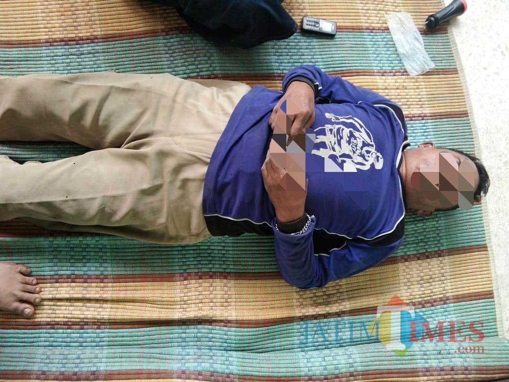 Korban Djapar sesaat Setelah ditemukan di halaman rumah warga (Foto : Dokpol / TulungagungTIMES)