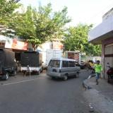 Lokasi yang biasa ditempati penjual buah bermotor, kini ditempati parkir kendaraan bongkar-muat barang (Agus Salam/Jatim TIMES)