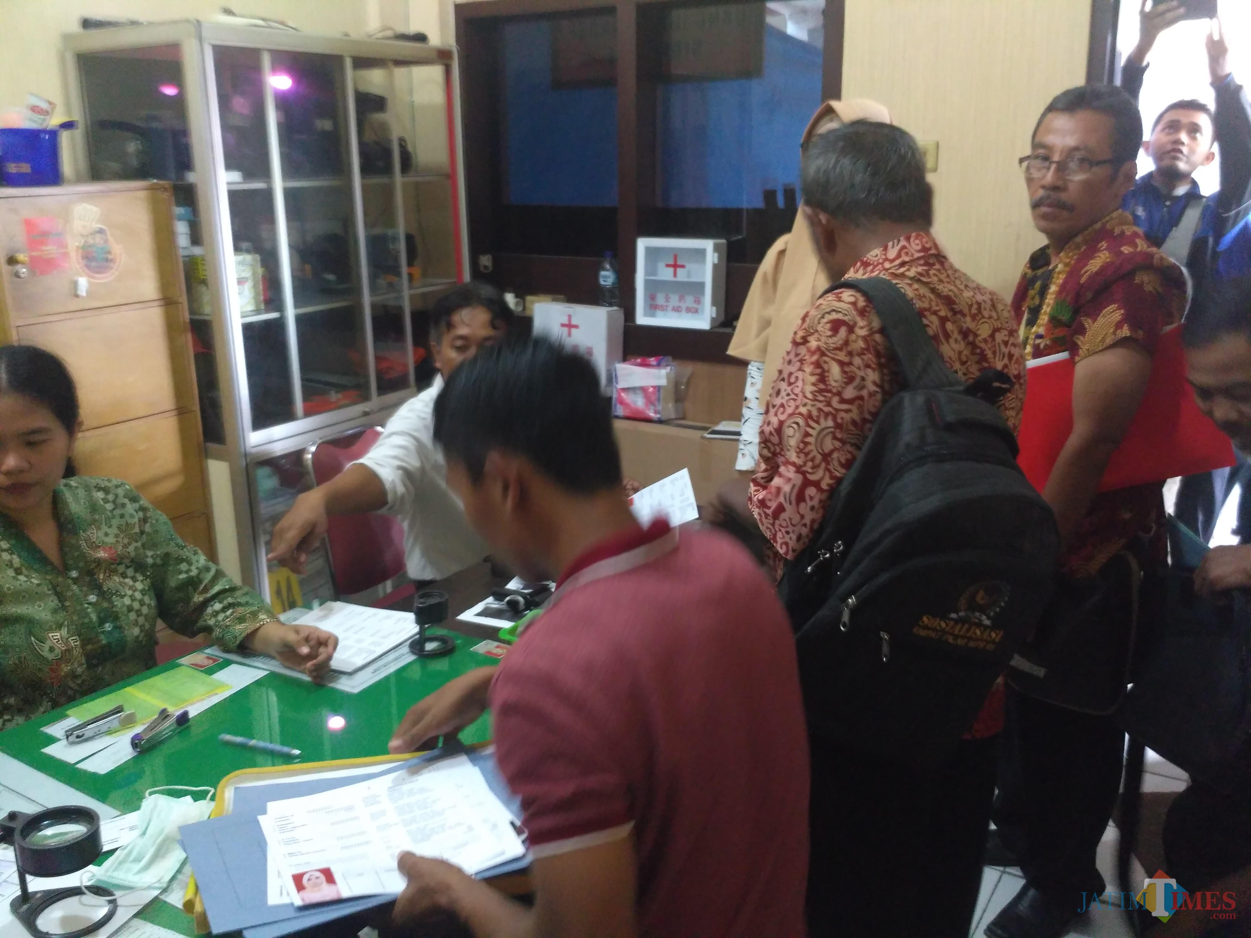 Para Bakal Calon Kepala Desa Antri Urus SKCK di Polres Tulungagung / Foto : Anang Basso / Tulungagung TIMES