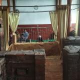 Pengunjung dari luar daerah berziarah ke makam mbah wasil. (eko Arif s /JatimTimes)