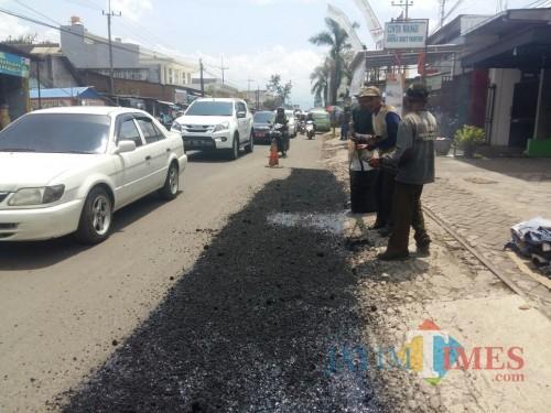 Perbaikan jalan rusak terus dilakukan Dinas PU Bina Marga Kabupaten Malang, walaupun masih juga cukup banyak jalan yang harus  ditanganinya (Nana)