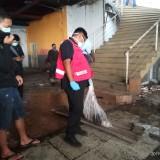 Petugas yang mengevakuasi potongan kaki dan tangan (Anggara Sudiongko/MalangTIMES)