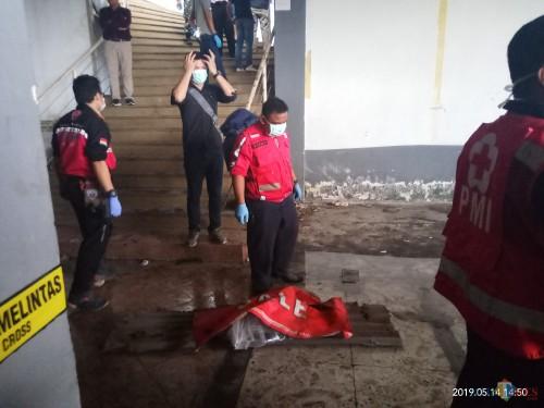 Potongan kaki tangan korban yang ditemukan petugas di bawah tangga (Anggara Sudiongko/MalangTIMES)