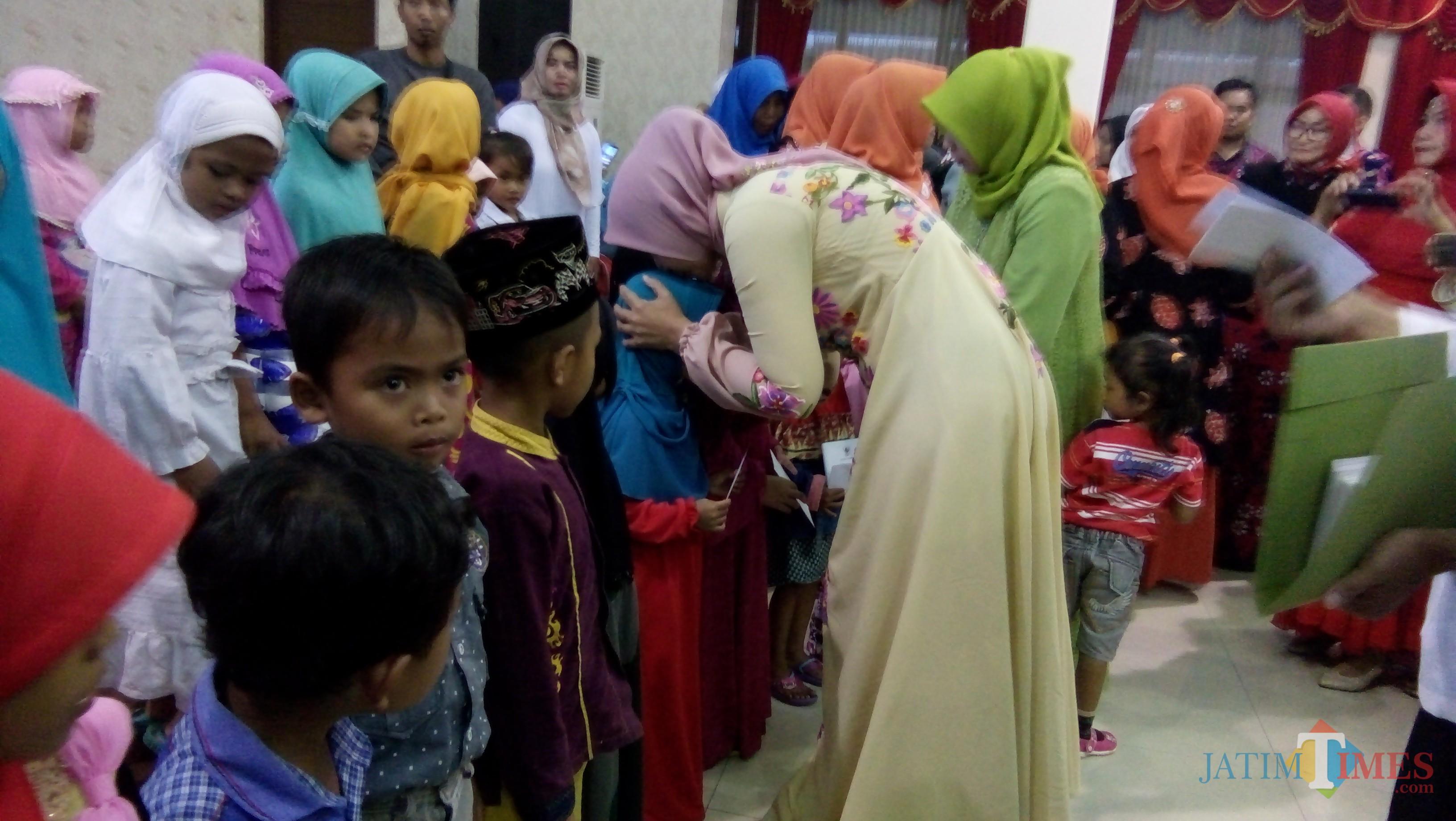 Ratusan anak yatim dan yatim piatu saat menerima santunan dan bingkisan dari Bupati dan komunitas wanita yang ada di Jember (foto : Moh. Ali Makrus / Jatim TIMES)