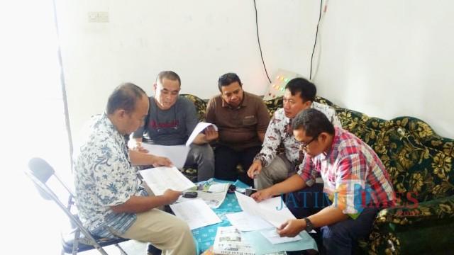 Saksi Joko Setiono saat menyerahkan berkas C1 dari TPS Kecamatan Wongsorejo kepada Bawaslu Banyuwangi, Selasa (14/5/19).