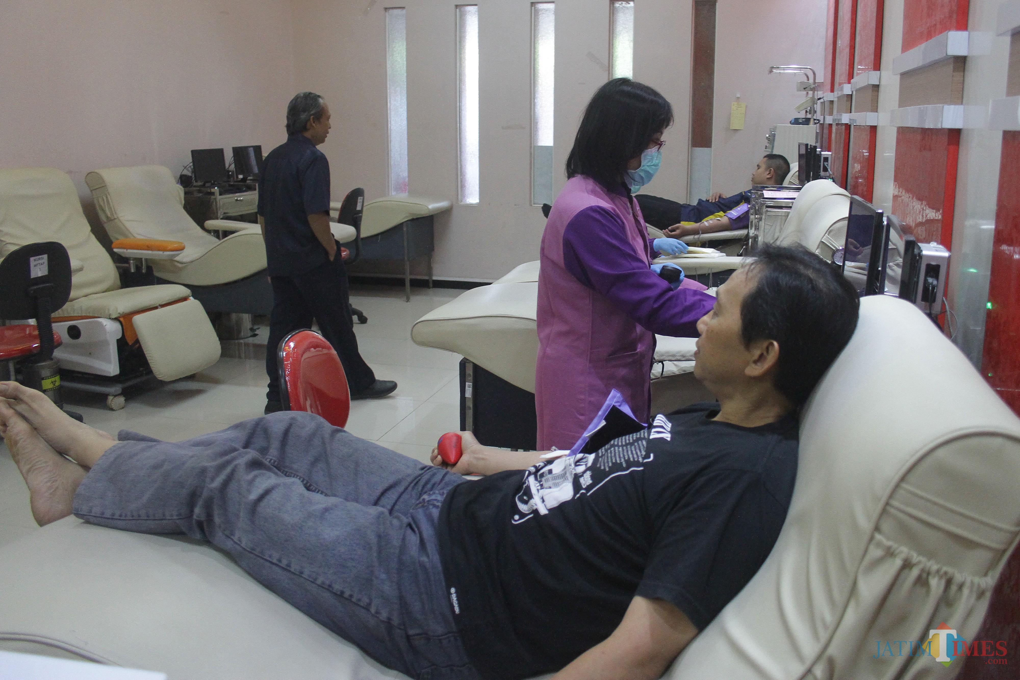 Sejumlah pendonor tengah melakukan pengambilan darah di UTD PMI Kota Malang. (Foto: Nurlayla Ratri/MalangTIMES)