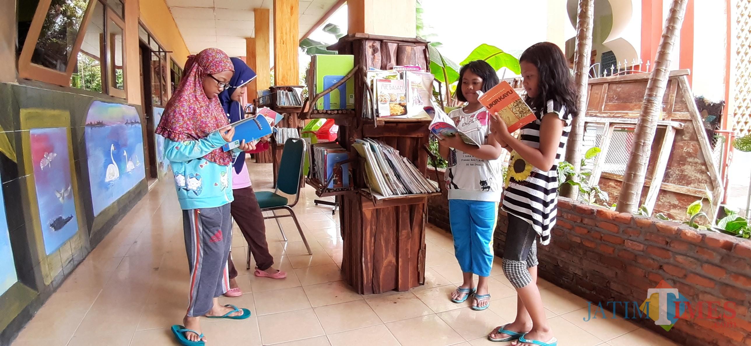 Suasana saat anak - anak tengah memilah buku untuk dibaca di hari libur (Arifina Cahyanti Firdausi/MalangTIMES)