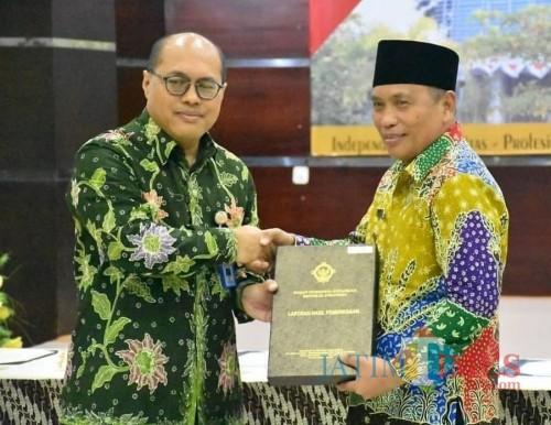 Wabup Situbondo (pakai kopiah) saat menerima penghargaan WTP dari BPK RI.(Foto Istimewa Situbondo TIMES)
