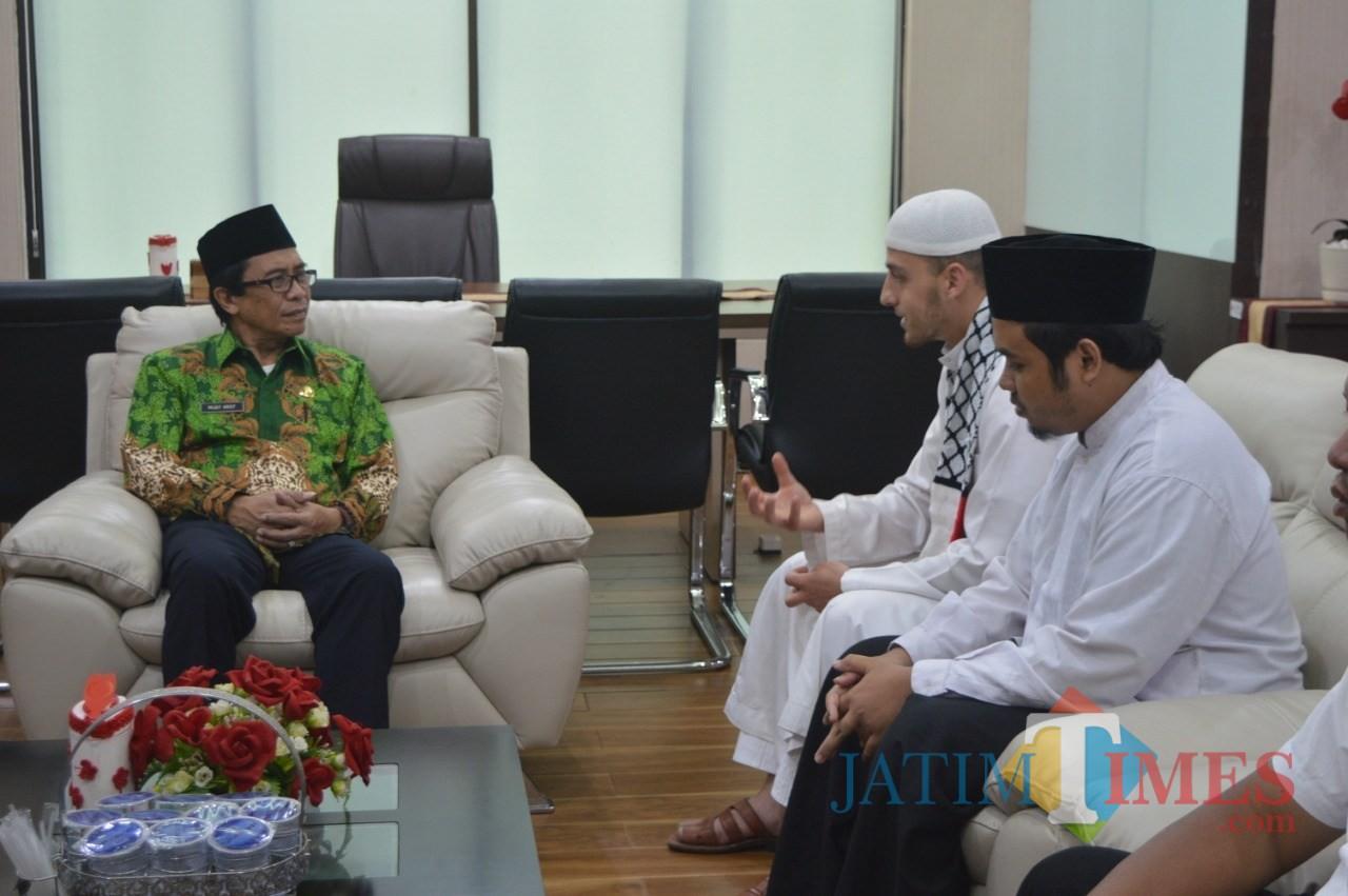 Wakil Bupati Jember Drs. KH. Abdul Muqit Arief saat menerima kunjungan Syeikh Hussain Fayez Al Abdul Matas (foto : istimewa / Jatim TIMES)