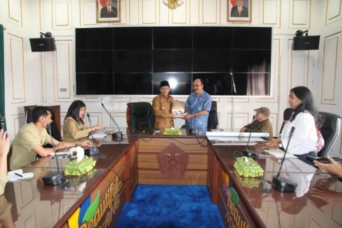 Wali Kota Malang, Sutiaji saat audiensi bersama Dukut Imam Widodo dan team di Ruang Rapat Walikota (Foto: Humas Pemkot Malang)