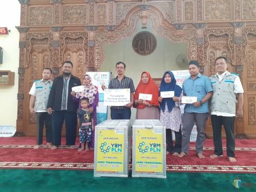 BMH dan YBM PLN UP 3 Malang saat menyalurlan bantuan kepada kaum duafa di Masjid PLN Jl Basuki Rahmat (Arifina Cahyanti Firdausi/MalangTIMES)