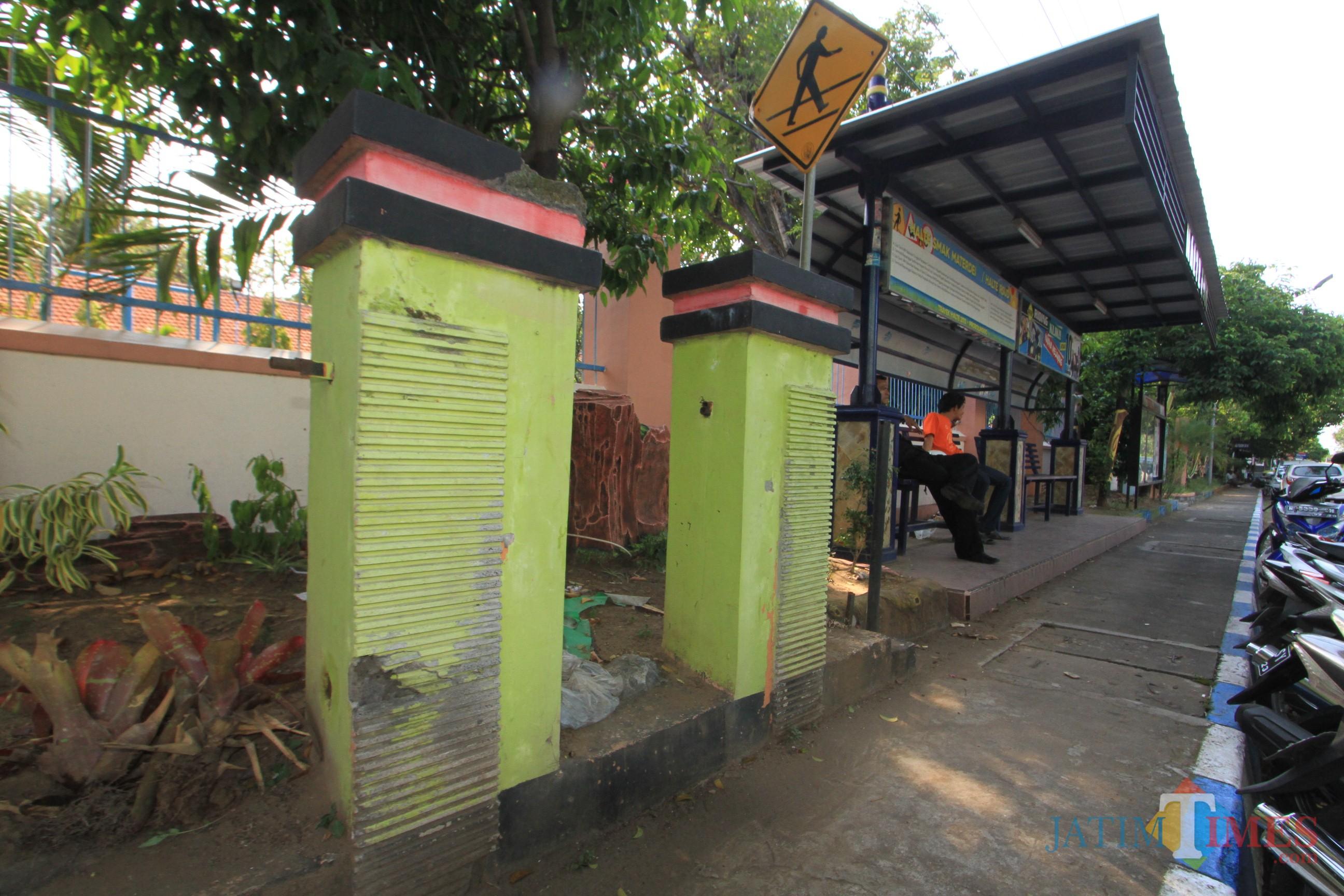 Bak sampah gantung di Jalan Panjaitan Kota Probolinggo hilang dan rusak (Agus Salam/Jatim TIMES)