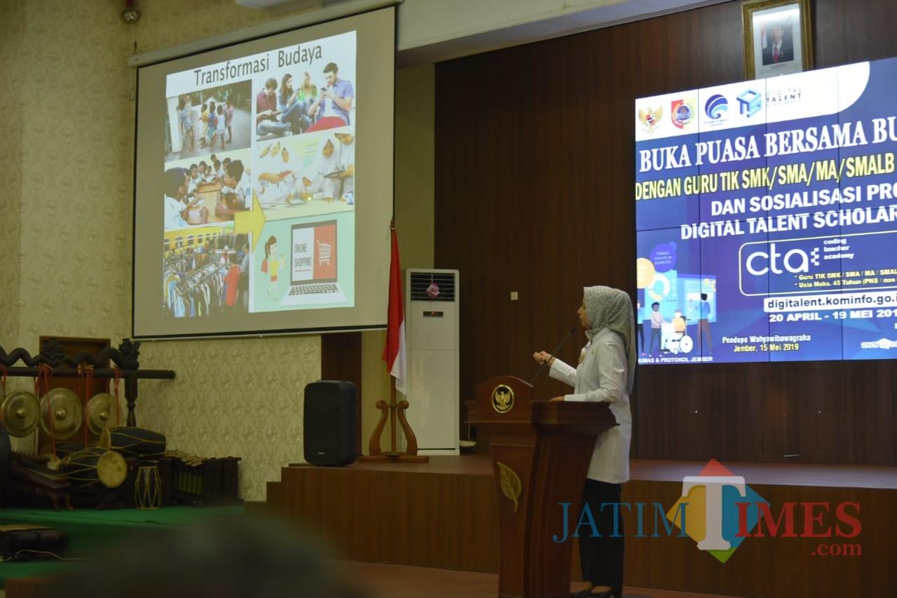 Bupati Jember dr. Hj. Faida MMR saat memberikan penjelasan terkait program beasiswa Digital Tallent kepada ratusan guru SMK dan SMA (foto : istimewa / Jatim TIMES)