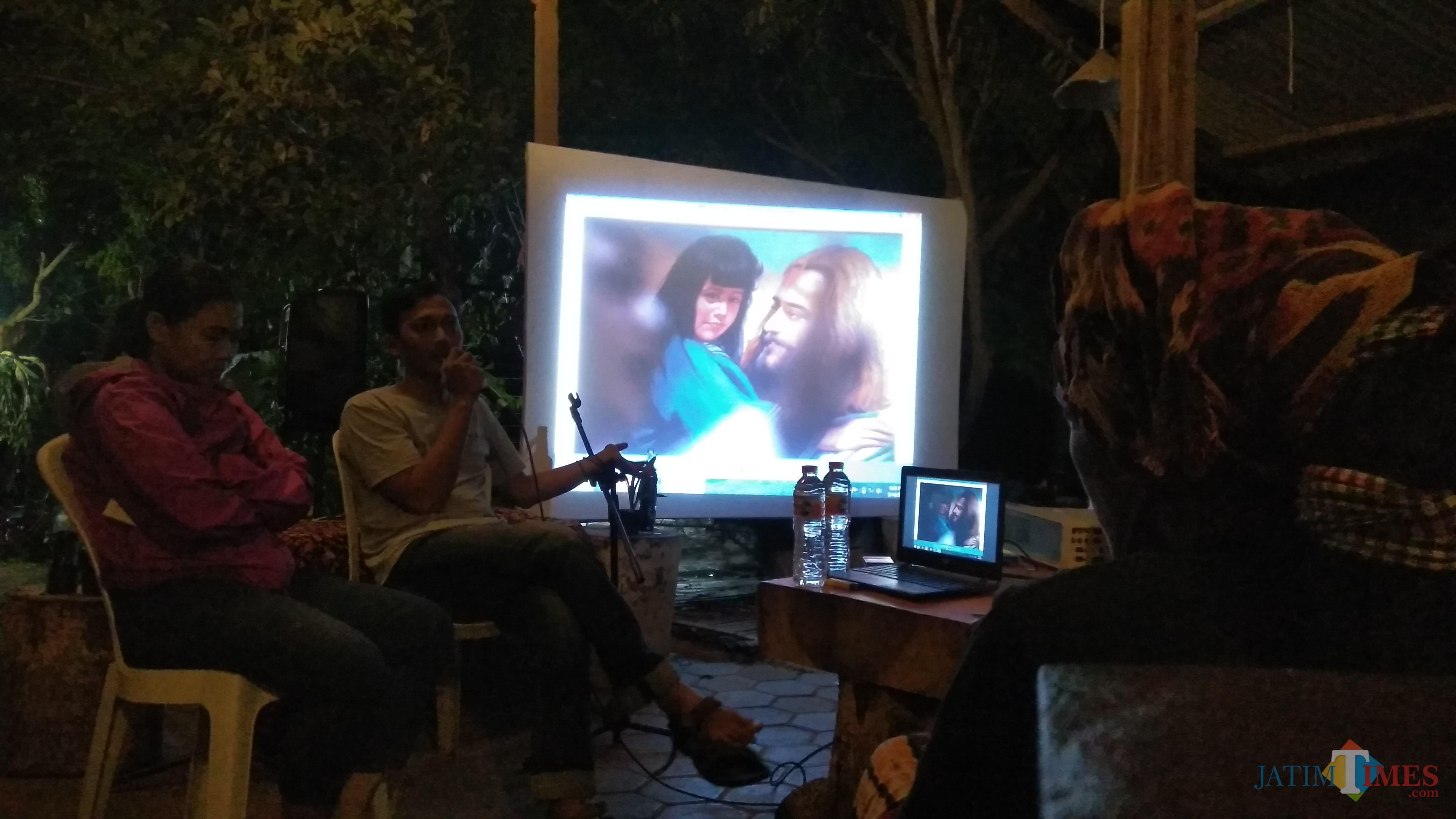 Diskusi foto terkait sorotan media terhadap transgender di Kedai Kopi Kalimetro, Kota Malang. (Foto: Nurlayla Ratri/MalangTIMES)