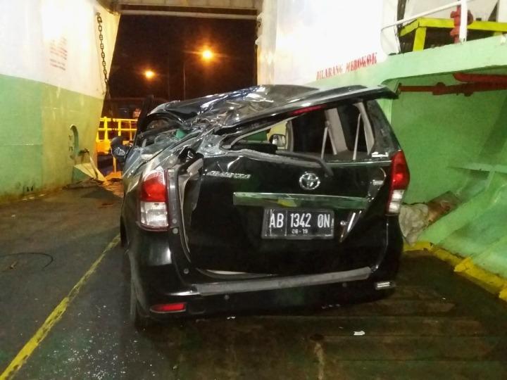 Kondisi Avanza yang rusak parah atap kabinnya dan pikap L 300 akibat tertimpa muatan truk di  KMP Gerbang Samudra