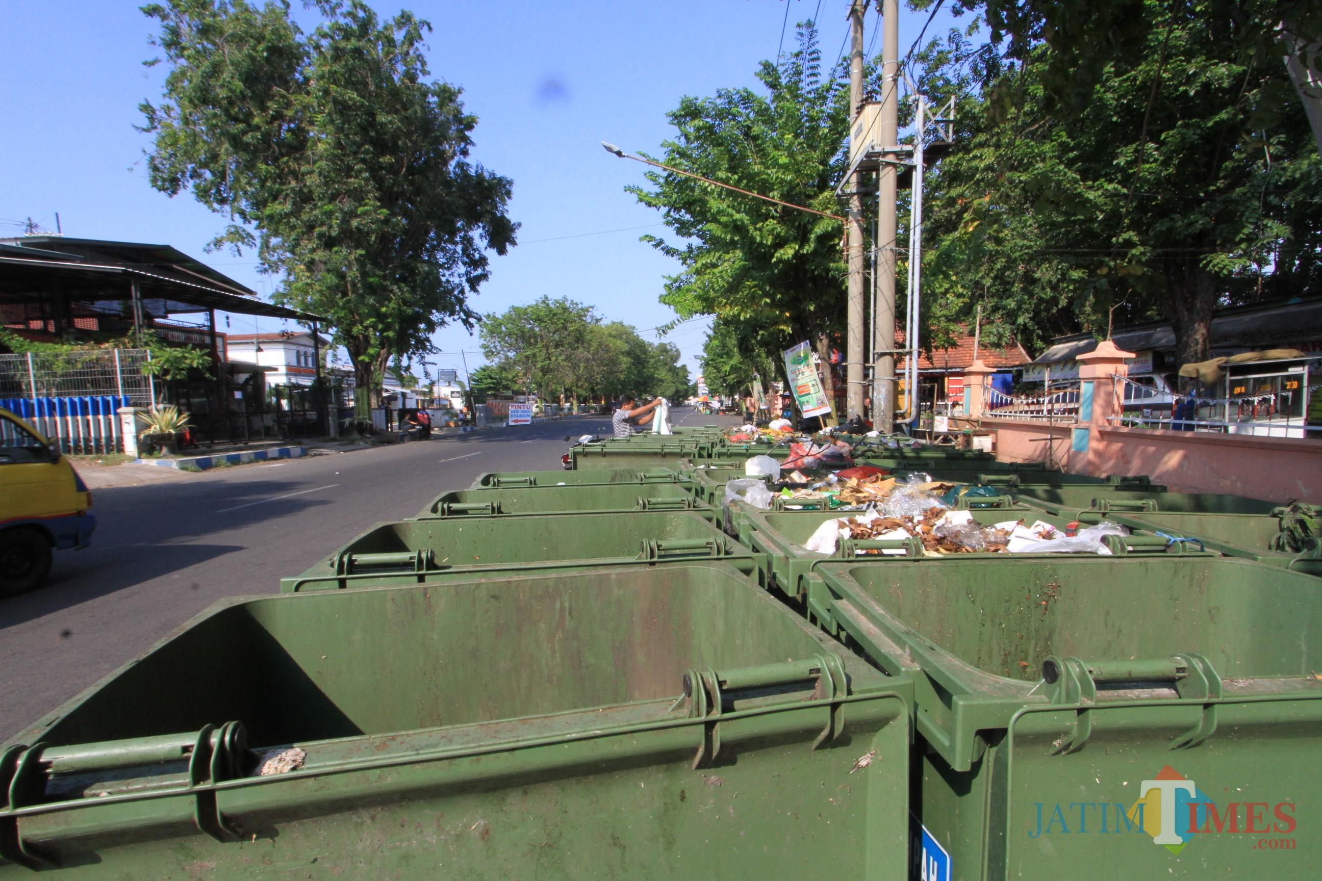 Inilah TPS di utara alun-alun Kota Probolinggo yang dikeluhkan warga dan pemilik warung (Agus Salam/Jatim TIMES)