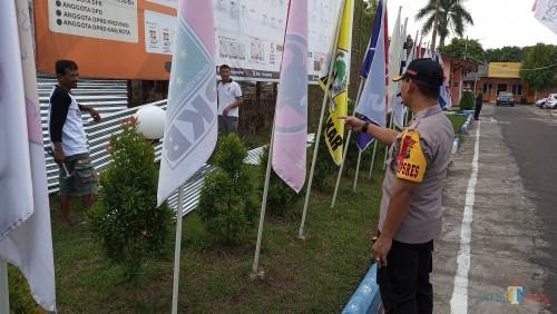 Kapolres Tulungagung, AKBP Tofik Sukendar saat melihat pengamanan di KPU Tulungagung (foto :  joko pramono/JatimTIMES)