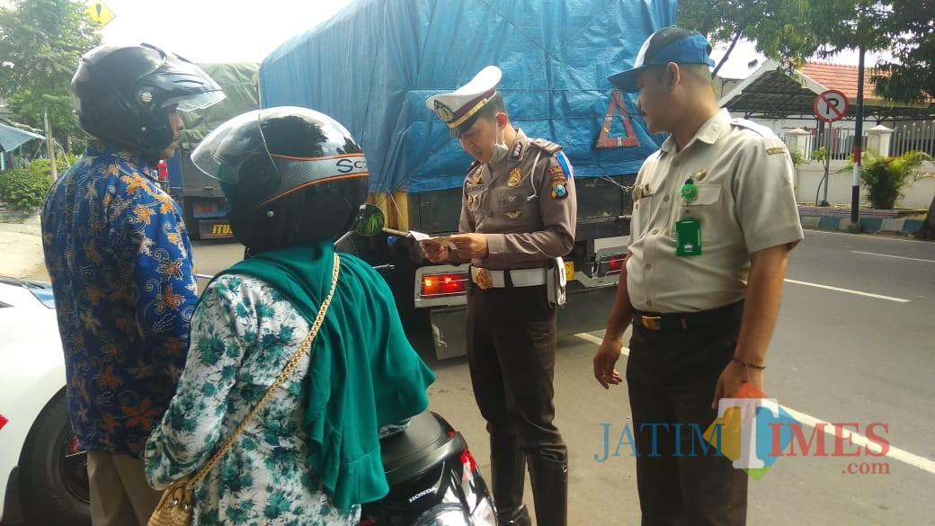 Kasat Lantas Polres Situbondo saat melakukan pemeriksaan surat-surat kendaraan bermotor dan kelengkapannya (Foto Sony Haryono / Situbondo TIMES)