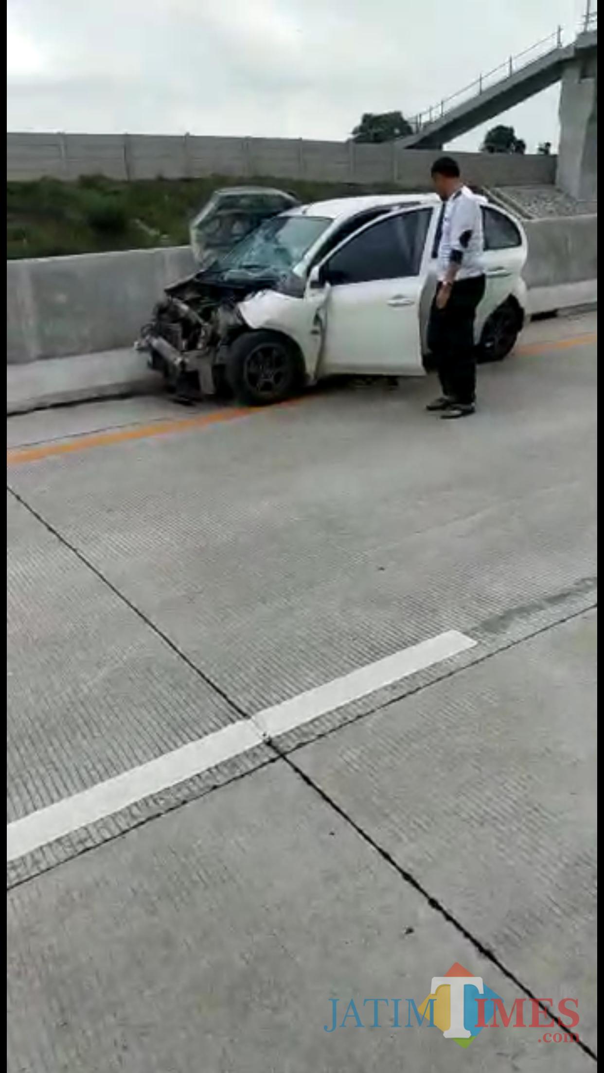 Kondisi mobil yang diduga mengalami kecelakaan tunggal, ketika melintas di Tol Mapan, Kabupaten Malang (Foto : Istimewa)